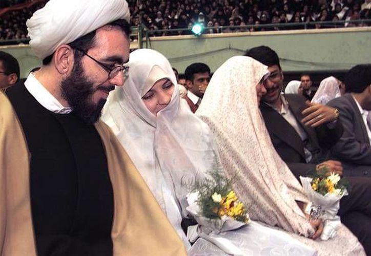 Mientras que el ayatolá Ali Jomeini quería una población nacional de 150 millones de personas en 2050, las costumbres han ido cambiando y ahora son muy frecuentes los divorcios y los casos de jóvenes que ni siquiera quieren casarse. (ansalatina.com)