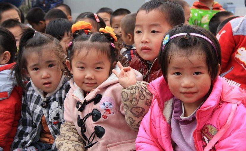 Las niñas encontraron la mochila con libros y varios yogures. (biciclown.com)