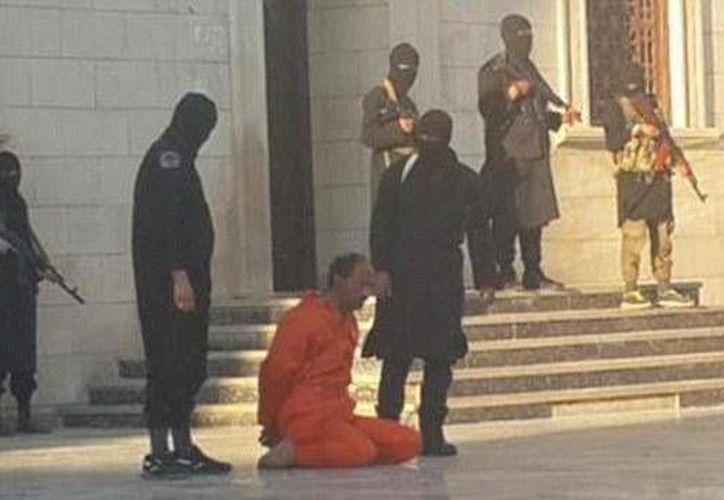 Los menores presentes observaron atentamente y sin remordimientos la ejecución de un soldado libio. (AP)