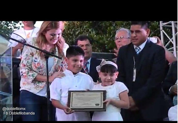 Niños reciben de la alcaldesa la placa conmemorativa de la entrega de Monterrey a Jesús. (Youtube)