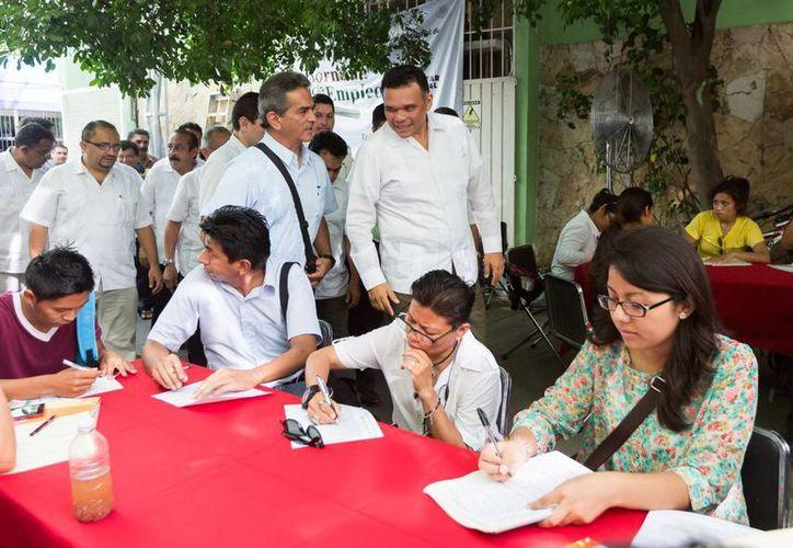 El gobernador Rolando Zapata Bello recorre la Jornada de Empleo en Mérida. (SIPSE)