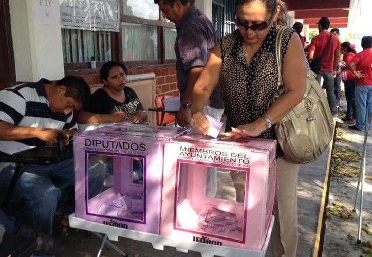 Los ciudadanos han acudido a votar con normalidad. (Adrián Barreto/SIPSE)