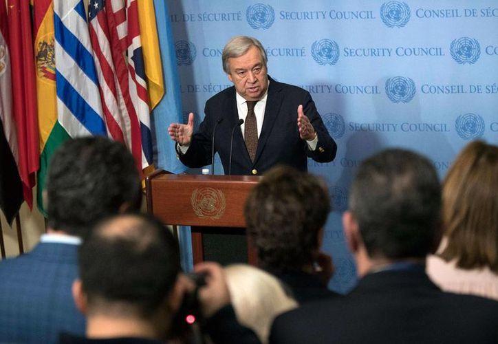 El secretario general de la Organización de las Naciones Unidas, Antonio Guterres, habla con reporteros en la sede del organismo mundial, en Nueva York, EU, el miércoles 1 de febrero de 2017. (AP/Mary Altaffer)
