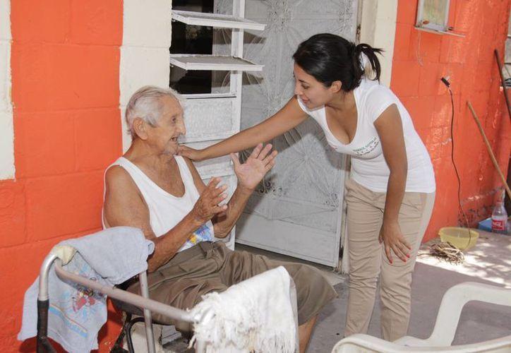 Marisol Sotelo, candidata a diputada por el II Distrito, ofrece convertirse en gestora para atender necesidades de las personas de la tercera edad. (SIPSE)