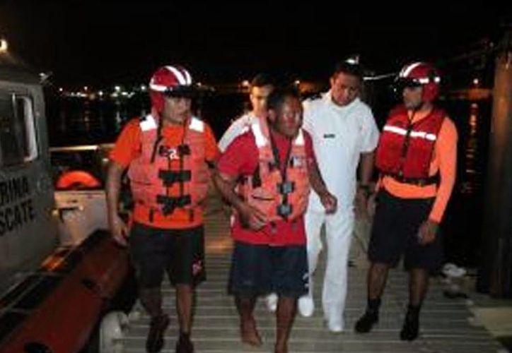El pescador fue trasladado al puerto de Yucalpetén, en donde se le brindó atención por parte de médicos navales. (Milenio Novedades)