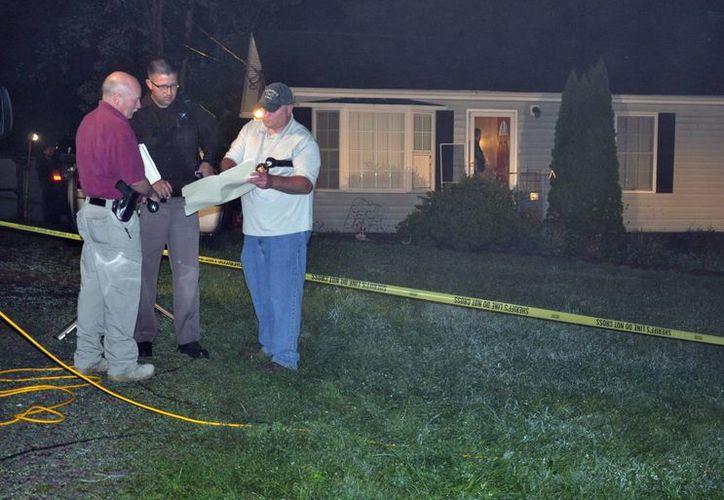 Imagen de los agentes llegaron a la casa de la familia que fue encontrada muerta en Virginia. (Agencias)