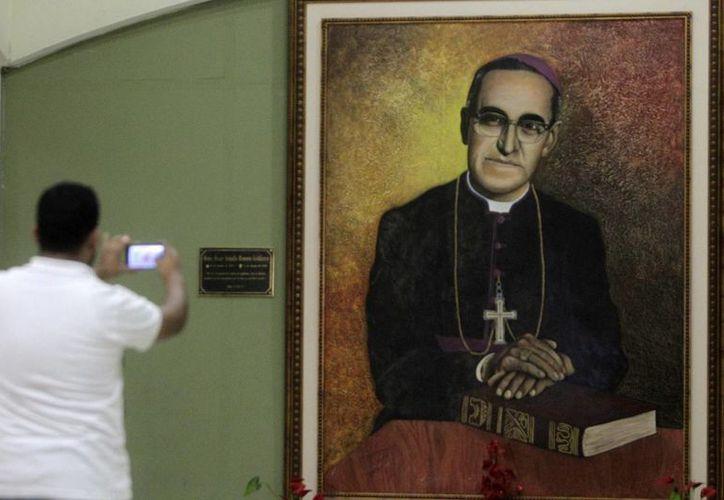 El anuncio de la apertura del camino hacia la beatificación del monseñor Oscar Romero ocurre a casi 35 años de que fuera asesinado. (Archivo/EFE)