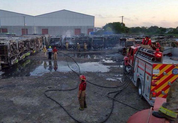 Al menos 47 unidades del Sistema de Transporte Transbús de Tabasco se incendiaron en la madrugada. (twitter/@rbarbozasosa)