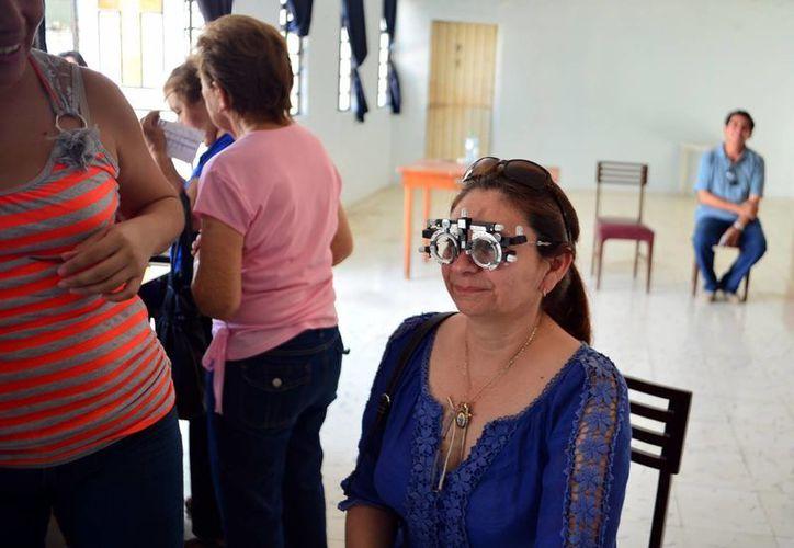 Casi 300 personas participaron ayer en los exámenes de la vista gratuitos, en la Casa de la Cristiandad. (Milenio Novedades)