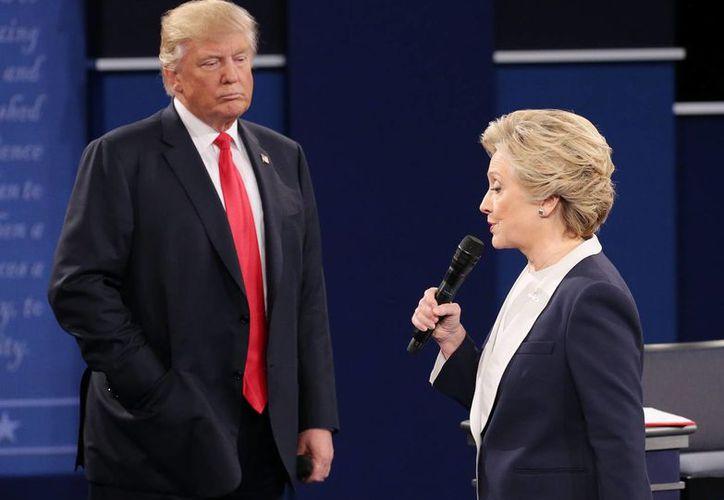 El presidente electo de EU, Donald Trump, y la ex aspirante demócrata Hillary Clinton, durante el tercer debate previo a los comicios del 8 de noviembre pasado. (EFE/Archivo)