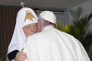 Papa pone fin a mil años de distanciamiento con ortodoxos