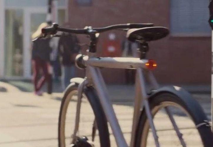 """Como parte del """"Día de los inocentes"""" en Holanda, Google hizo una broma con una bicicleta que se manejaba sola. (Captura de pantalla de YouTube)"""
