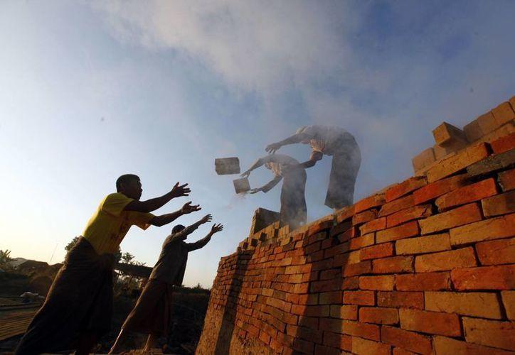 Oxfam, organización contra la pobreza, afirmó que la inequidad entre los más ricos y los pobres es mucho más grande que hace un año. (AP/Aung Shine Oo)