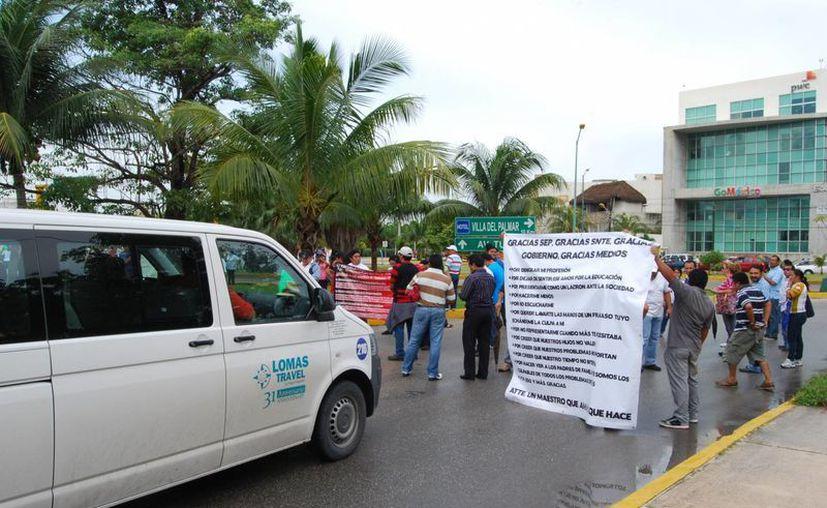 Algunos conductores lanzaron consignas a los maestros y furiosos utilizaban el claxon para desestrezarse. (Tomás Álvarez/SIPSE)