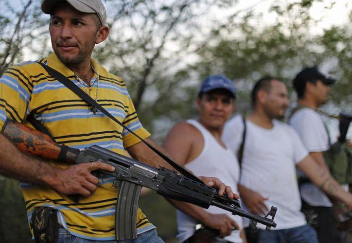 Policías ministeriales han sido el blanco del crimen organizado y grupos de autodefensas (como los de la foto) en Tierra Caliente, Michoacán. (Archivo SIPSE)