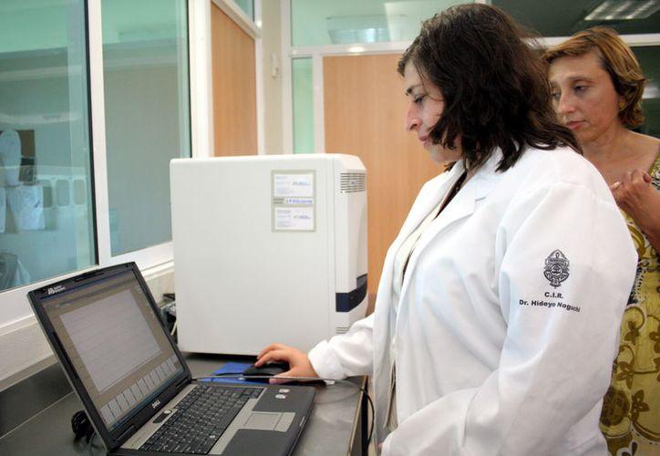En el hospital regional del Issste en Mérida solo hay casos sospechosos, pues carecen del material para recolectar las muestras. (Milenio Novedades)