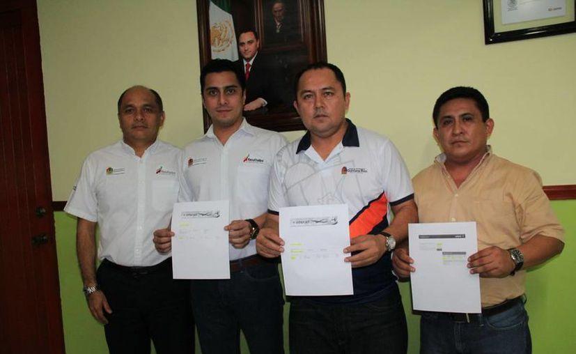 Martín Antonio Cobos Villalobos, presidente de la Cojudeq, entregó los boletos al director de Juventud, Alejandro Alamilla Villanueva. (Redacción/SIPSE)