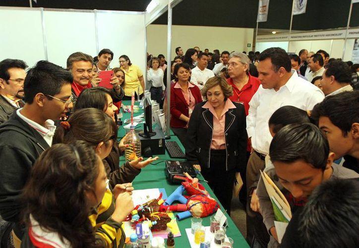 El gobernador del estado durante recorrido en la Expo Bachillerato 2013. (SIPSE)