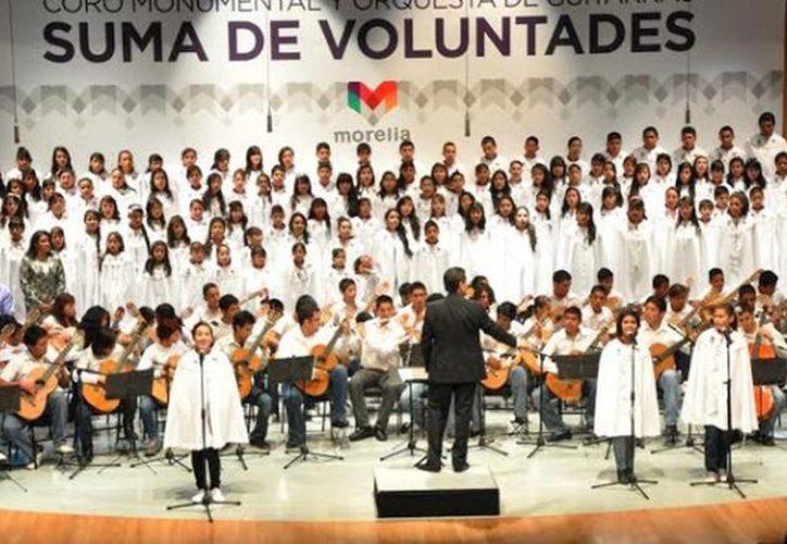 El Coro Monumental de Morelia 'Suma de Voluntades' está integrado por tres mil voces infantiles y 360 integrantes de la Orquesta Juvenil de Guitarras,(Tomada de moreliaglobal.com)