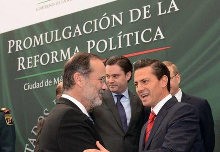 El presidente Enrique Peña saluda al dirigente nacional del PAN, Gustavo Madero, en el marco de la promulgación de la Reforma Política. (presidencia.gob.mx)