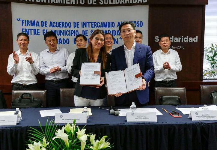 Las autoridades firmaron un acuerdo de relación de intercambio amistoso. (Adrián Barreto/SIPSE)