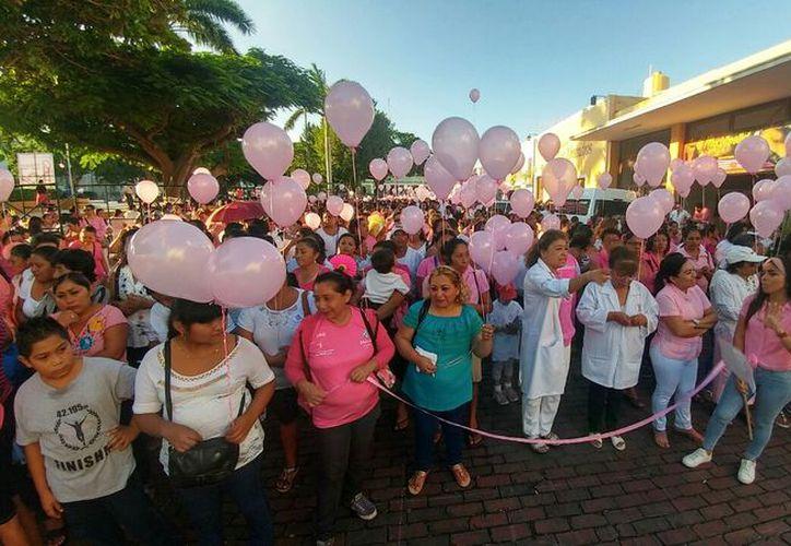 Este 19 de octubre se festeja el Día Mundial de la lucha contra el Cáncer de Mama, por lo que se llevó a cabo una caminata en el centro de la ciudad. (José Acosta/SIPSE)