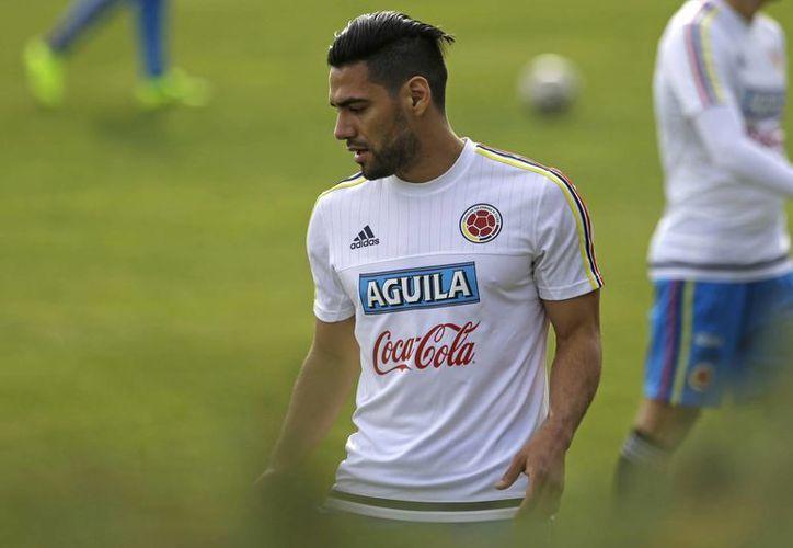 Para los colombianos Radamel Falcao no debe ser titular contra Peru, hace algunos años el 'Tigre' era considerado el mejor delantero del mundo. (AP)