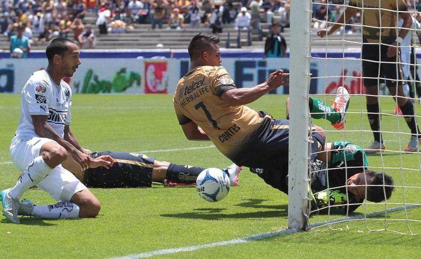 Pumas derrotó con contundente 3-0 a Rayados en la primera fecha del Apertura 2015 de la Liga MX. (NTX)