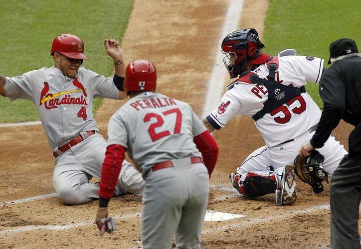 Yadier Molina llega a home en el segundo inning del partido ganado por Cardenales de San Luis a Indios de Cleveland. (Foto: AP)