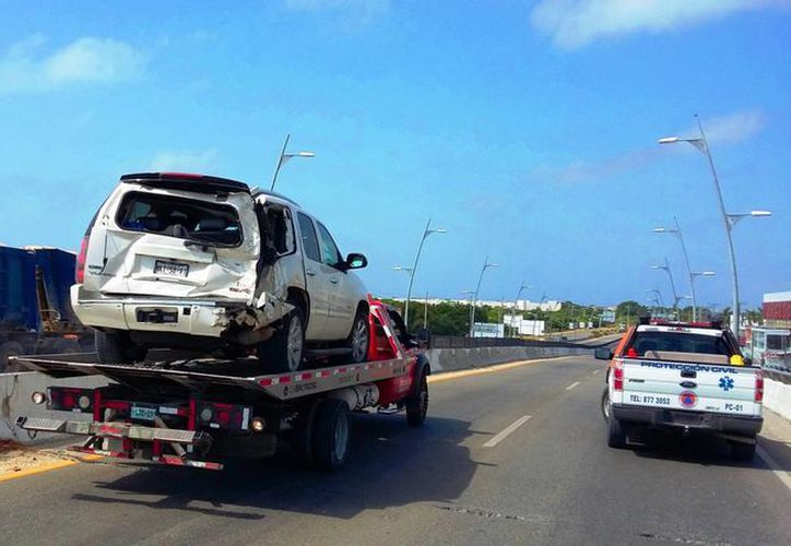Un choque entre cinco vehículos impidió ayer, durante una hora, el paso sobre un carril del puente de Playa del Carmen. (Daniel Pacheco/SIPSE)