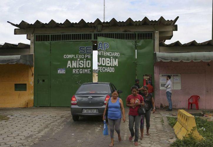 Familiares de los presos esperan conocer los nombres de los reos que murieron durante el motín. (AP/Michael Dantas)