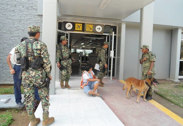 Efectivos militares respaldados por canes adiestrados en detección de explosivos y armas custodiaron el perímetro de la terminal aérea. (Juan Palma/SIPSE)