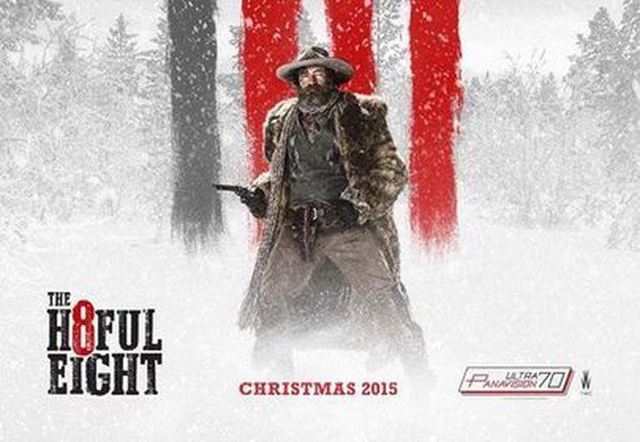 El histrión capitalino de 52 años posa solitario en un nevado bosque, con actitud desafiante y revólver en mano, en el nuevo cartel de la película. (The Weinstein Company)