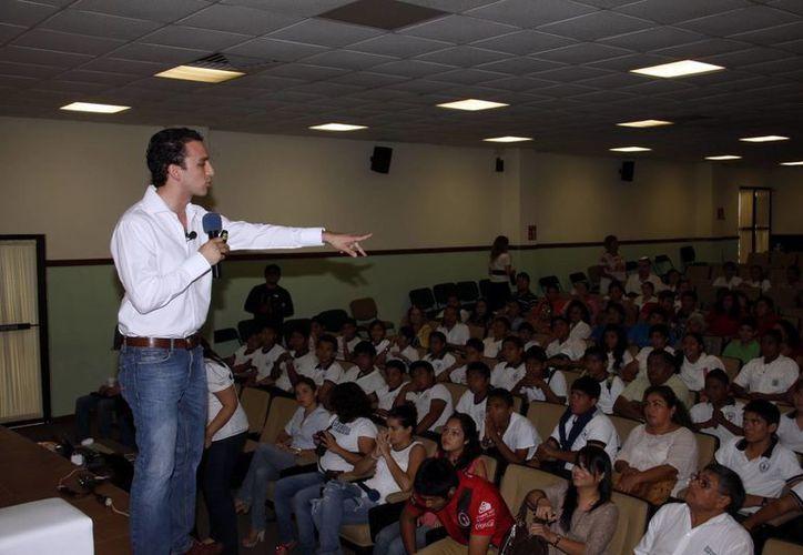 Charla a jóvenes bachilleres en el auditorio del edificio Secretaría de Educación Estatal. (Milenio Novedades)