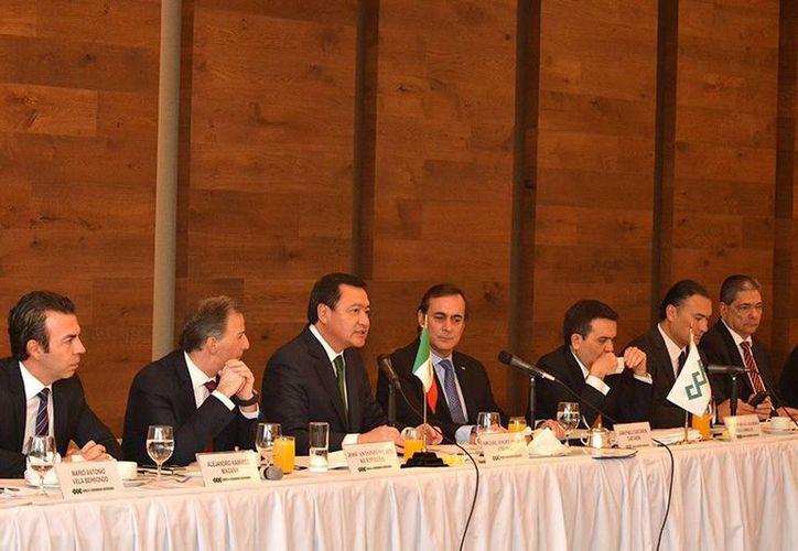 Imagen de la reunión del Consejo Nacional del CCE con los secretarios de Gobernación, Hacienda y Economía, Miguel Ángel Osorio Chong, José Antonio Meade e Ildefonso Guajardo. (@jpcastanon )