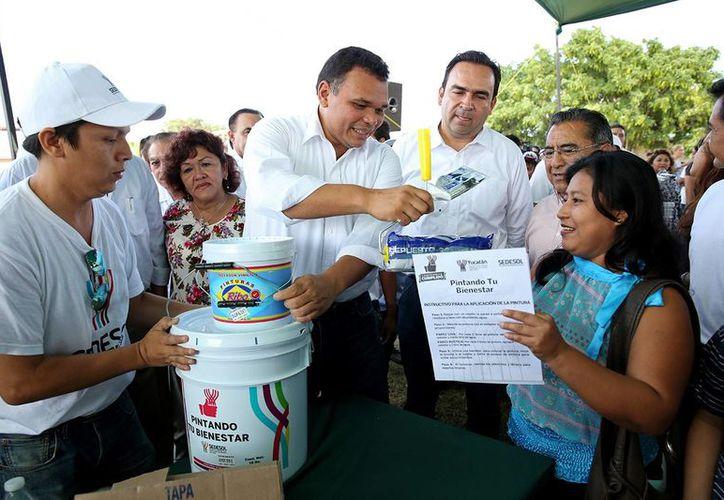 Entre sus actividades del domingo, el gobernador Rolando Zapata Bello entregó material del programa Pintando tu Bienestar. (SIPSE)