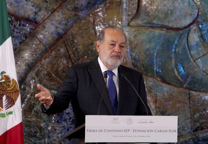 Carlos Slim descendió del segundo al cuarto lugar en la lista de multimillonarios de la revista Forbes. (Archivo/Notimex)