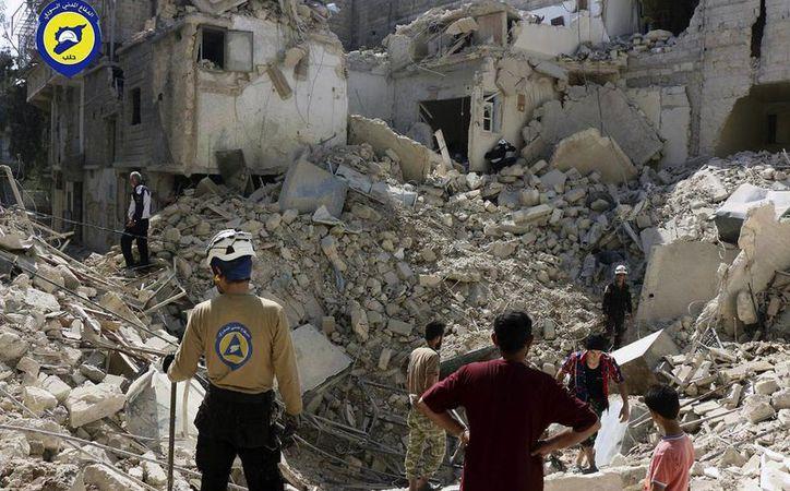 Más de una decena murieron en un barrio asediado del este de Alepo que está en poder de los rebeldes. (AP)