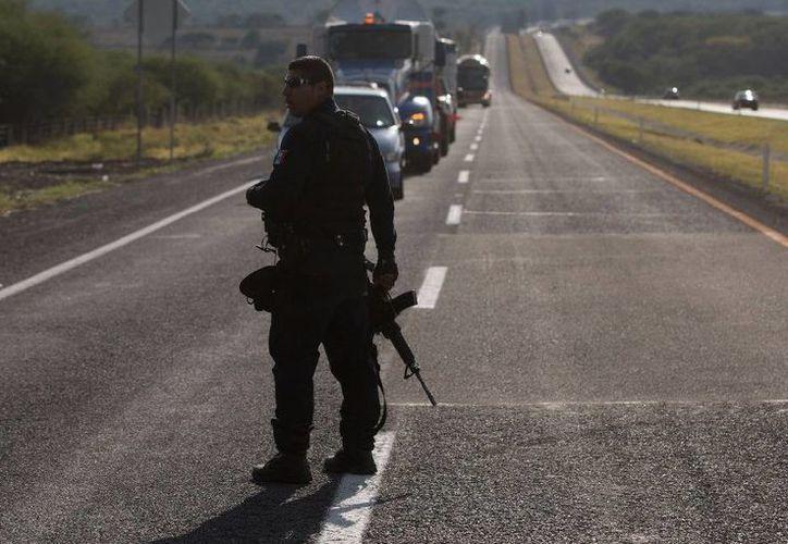 La Procuraduría de Michoacán dijo que ha reunido evidencias forenses, de balística donde ocurrió el supuesto enfrentamiento entre policías y presuntos delincuentes. (Archivo: AP/Eduardo Verdugo)