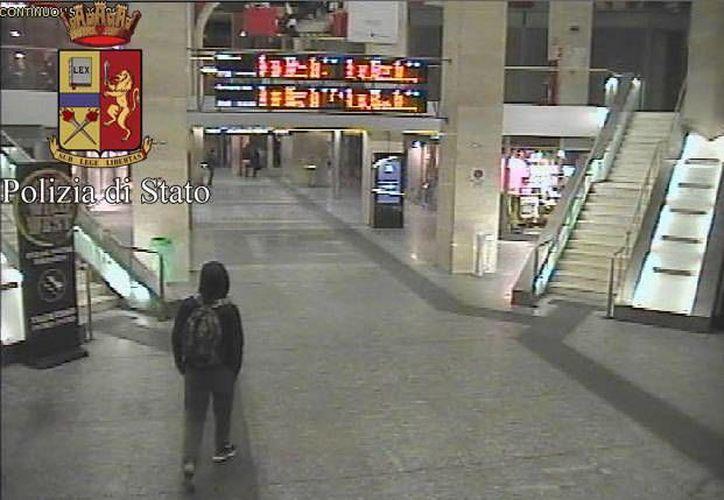 En esta imagen difundida por la policía italiana, Anis Amri, el principal sospechoso del ataque a un mercado navideño en Berlín, camina por la estación de tren el 22 de diciembre. (Italian Police vía AP)