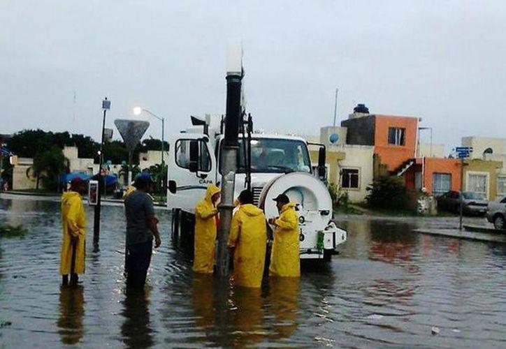 Una decena de cuadrillas se encarga de desazolvar los pozos de absorción para controlar las inundaciones por las lluvias.  (Daniel Pacheco/SIPSE)