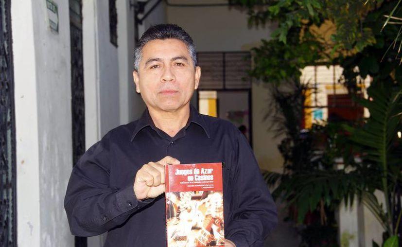 """José Fuentes Gómez presentó su libro """"Juegos de azar en casinos"""". (Juan Albornoz/SIPSE)"""