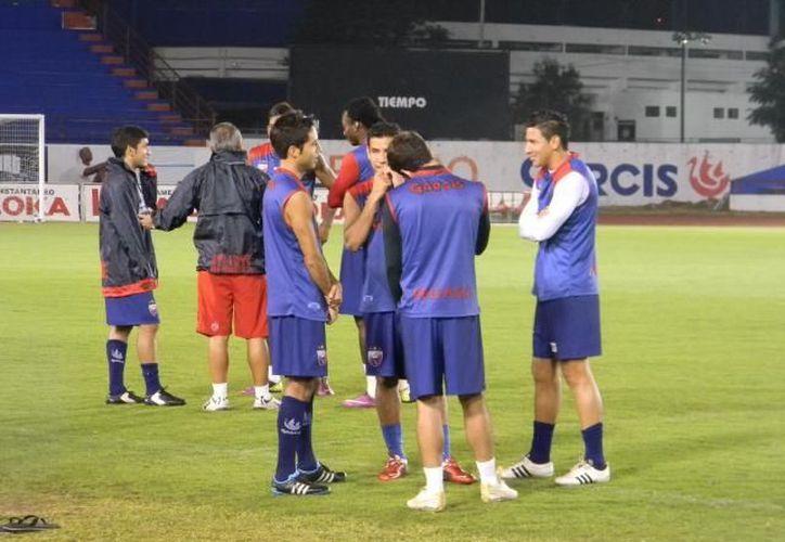 Los jugadores azulgranas apoyan a Esteban Paredes para conseguir el título de goleo. (Redacción/SIPSE)