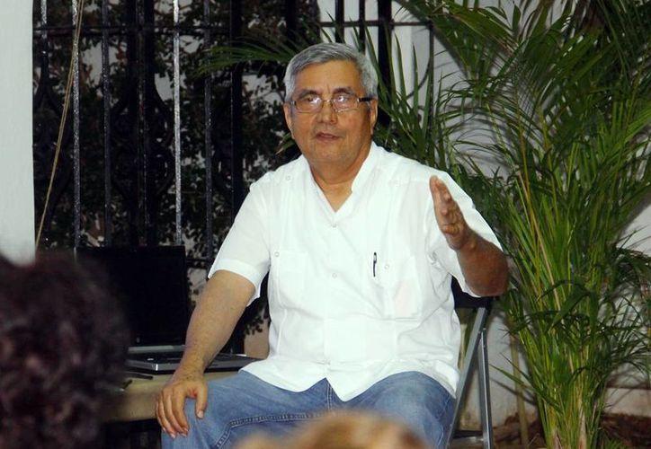 """Martiniano Alcocer ofreció la charla """"Embustero genial"""" en  el Jardín de la lectura de la Casa Colón. (Milenio Novedades)"""