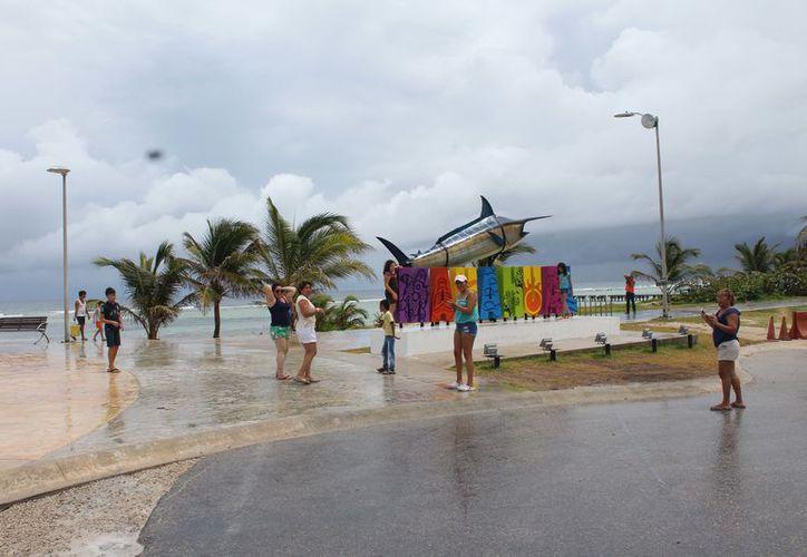 Prestadores de servicio se han sumado a las tareas de limpieza de las playas. (Joel Zamora/SIPSE)