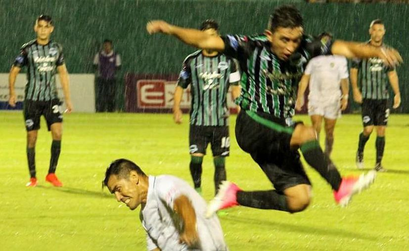 La lluvia impidió que el partido fuera abierto y con llegadas de peligro. (Foto: Milenio Novedades)