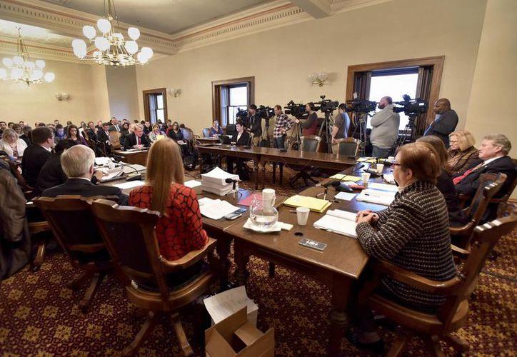 El Consejo Electoral de Pensilvania durante la comparecencia de Jill Stein, excandidata del Partido Verde, quien solicitó formalmente el recuento de votos de ese estado. (AP/Dale G. Young)