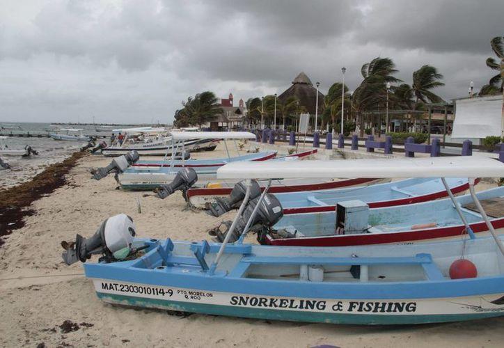 Un total de 12 lanchas que operan para dar tours al arrecife, detuvieron sus actividades. (Tomás Álvarez/SIPSE)