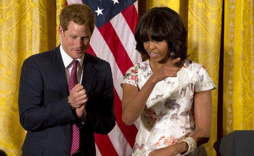 El príncipe Harry junto a la primera dama de EU, Michelle Obama. (Agencias)