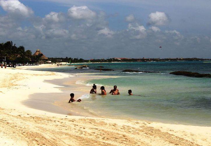 Ambientalistas reponsabilizan a los geotubos de la erosión que hay en la costa de Playa del Carmen. (Octavio Martínez/SIPSE)